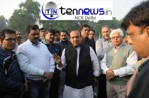 Sh. Vijender Gupta on campaign trail, interacting with morning walkers at Snajay Jheel, Sarojini Nagar.