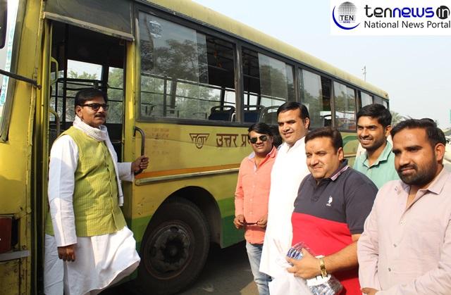 विधायक धीरेंद्र सिंह ने बस से तय किया ग्रेटर नोएडा – नोयडा का सफर, प्रदूषण रोकथाम के लिये दिया सार्वजनिक वाहन उपयोग का संदेश