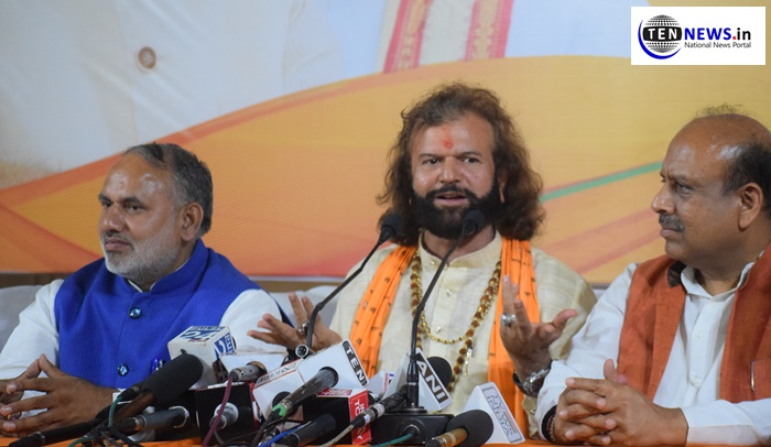 "Hans Raj Hans condemns AAP's allegations, says, ""will file defamation if not apologized"""