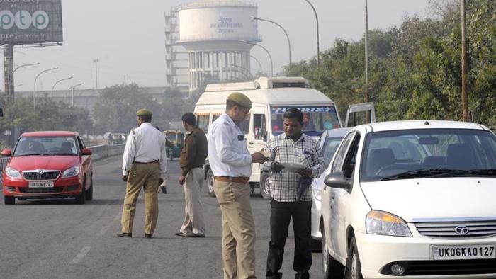 चालान काटने से गुस्साए कार चालक ने पुलिसकर्मी को बोनट पर बैठाकर 5 किमी घुमाया