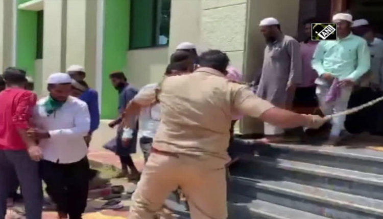 watch-police-lathicharge-people-gathered-at-mosque-amid-lockdown-in-belgaum