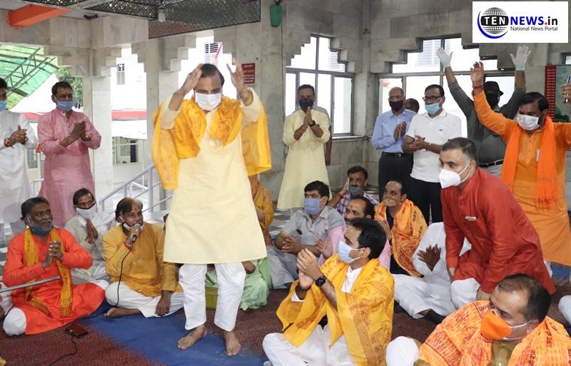 MP Dr. Mahesh Sharma & MLA Pankaj Singh visit Sanatan Dharma Temple ahead of Bhoomi Poojan