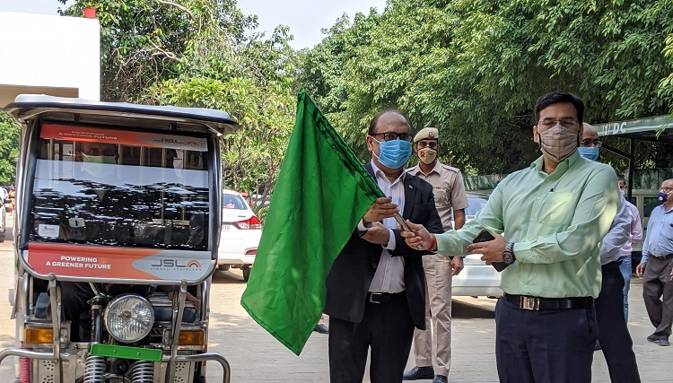 1. Deputy Commissioner, Mr Amit Khatri and Director, Jindal Stainless, Mr Vijay Sharma flagging off stainless steek e-rickshaws for COVID-19 awareness campaign