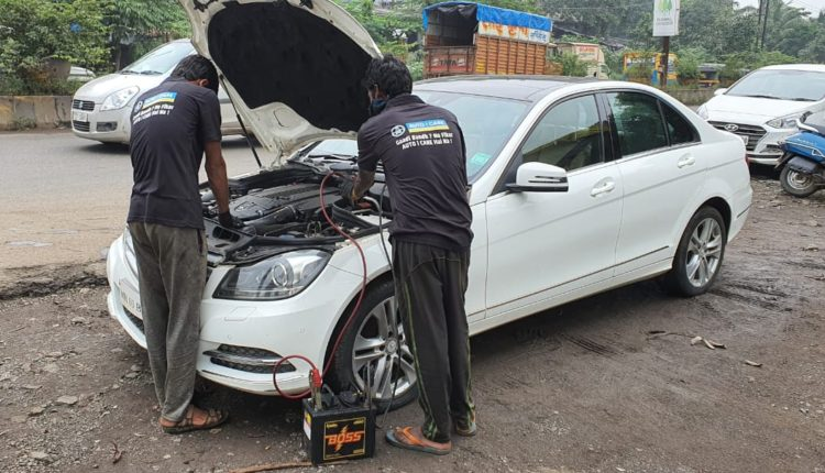 Team AUTO i CARE jump starting battery on highway