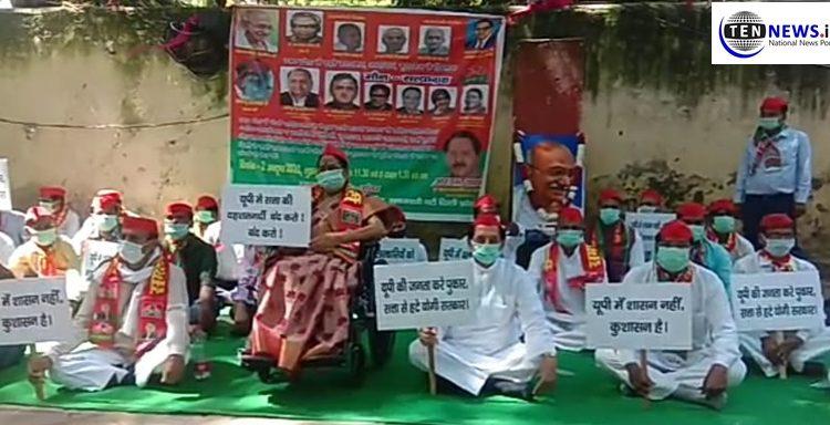 Samajwadi Party holds peaceful protest at Jantar Mantar over Hathras rape scandal